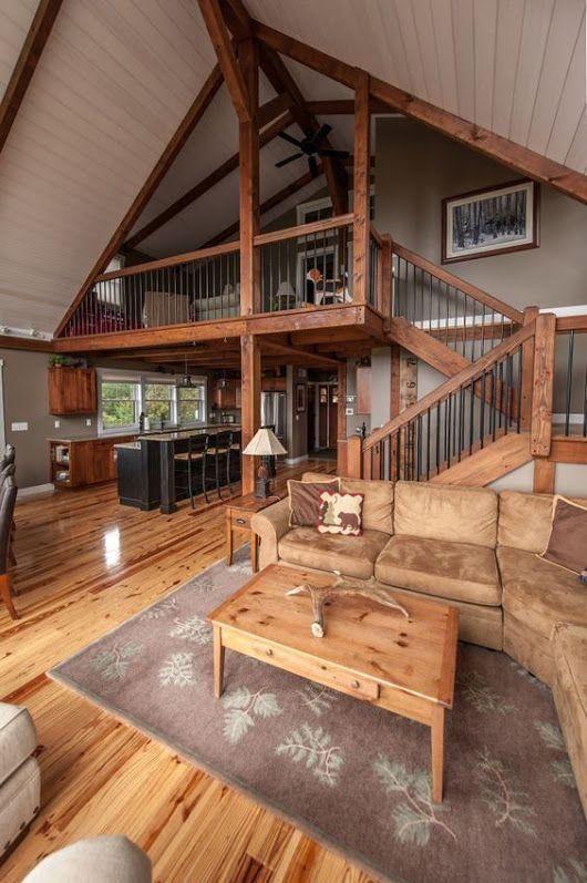 helle und satte Holzfarben für die Böden, Treppen und Balken machen die Scheune super gemütlich