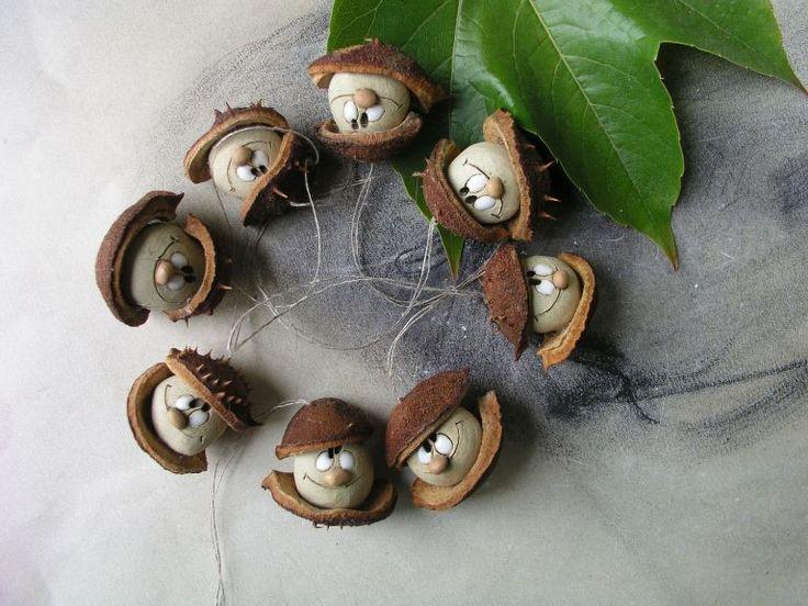 Ozdůbky kaštánek Pidi tvorečkové z přírodnin a keramické hlavičky.Ozdobí celoročně větvičku nebo jim to sluší i na vánočním stromečku. Foto ilustrační,kaštánci se mohou trochu lišit....to víte příroda a moje ruce!
