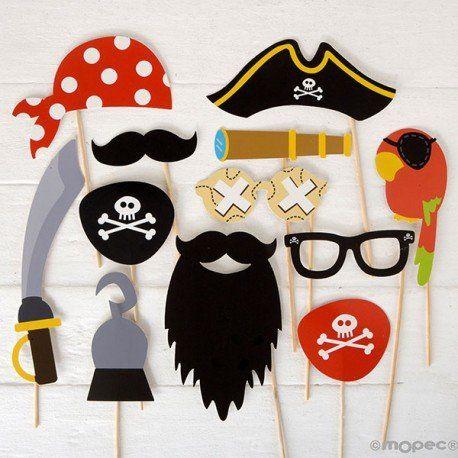 Set de postizos PIRATAS photocall infantil  Modelo 50-X1052  Un original pack Photocall piratas, perfecto para que tus invitados posen en el photocall de tu cumpleaños o fiesta. Consigue fantásticas fotografías con tus amigos. El kit contiene 12 piezas: bigote, loro con parche, gafas, parches con calaveras dibujadas, garfio, espada, pañuelo, catalejo y gorro de capitán pirata. Está realizado en cartulina y dispone de palito para una fácil sujeción.