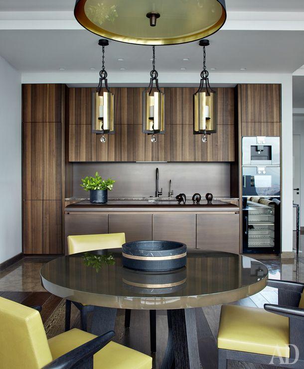 Кухня в московской квартире. Кухонный гарнитур, Rossana. Стол Montfaucon, стулья Hector, все Christian Liaigre.