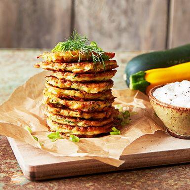 De här gröna zucchiniplättarna är lättlagade och smakar otroligt gott. Servera dem frasigt nystekta, gärna med en klick tjock yoghurt smaksatt med vitlök och en generös sallad. Blanda gärna grön och gul zucchini för extra snygg finish på plättarna.