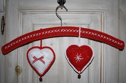 Visto aquí: http://karinaandehaak.blogspot.com.es/2011/12/gevulde-hartjes-voor-kerst.html: Bricolage Noël, To The, Christmas Heart, Crochet Ornaments, Crochet Heart, Christmas Ornaments, The Hook, Diy Christmas, Karin Aan