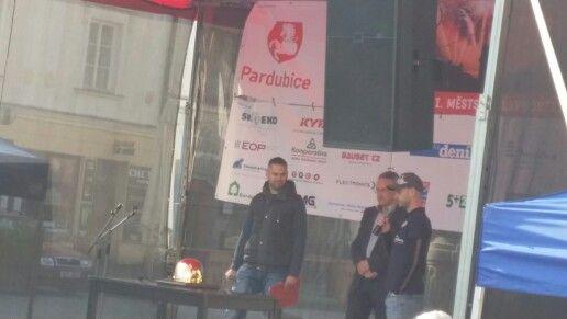 Před 22 hodinami. PARDUBICE Pernštýnské náměstí. Prezentace zlaté přilby panem Lejhancem za spolumoderování Aleše Drymla. Sobota 11.24 hodin