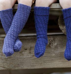 Disse sokkene er strikket i spiral og har ingen hæl. Derfor passer de på alle føtter, og i mange år mens barnet vokser.