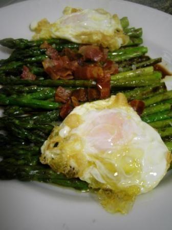 Receta de espárragos trigueros plancha acompañado de huevo frito, con una vinagreta que lleva panceta (bacón), aceite de oliva y vinagre bálsamico o Módena.