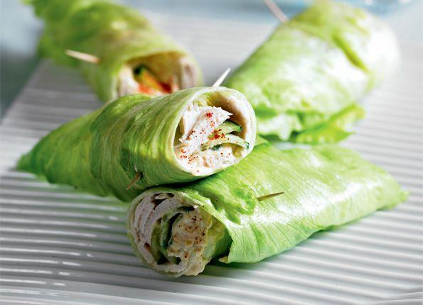 Een lekker koolhydraatarm voorgerecht, een sla wrap met hummus en kalkoenfilet. Dit is een heerlijk recept met hummus, komkommer, kalkoenfilet en paprika.