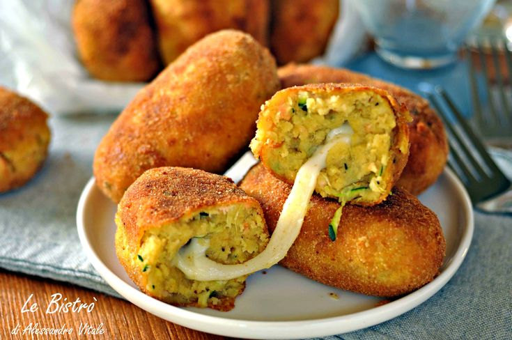 Le Crocchette di patate con salmone e zucchine sono degli sfiziosi finger food facilissimi da preparare. Possono essere una ricetta furba per far mangiare il pesce e le verdure anche ai più riluttanti, come i bambini.