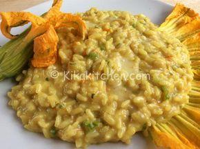 Il risotto fiori di zucca e asiago è un primo piatto dal sapore delicato, da personalizzare a piacere con il formaggio di vostro gradimento.