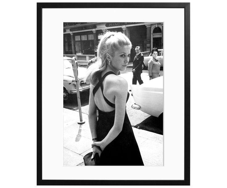 Hängen Sie sich Ihren Liebling an Ihre Wand! Das Wandbild DENEUVE zeigt Catherine in der Blüte Ihrer Schönheit. Die französische Schauspielerin hatte stets ein Händchen für Stil und elegantes Auftreten. Holen Sie sich ihre Ausstrahlung ins Wohnzimmer und beweisen Sie echtes Stilbewusstsein. Der Rahmen besteht aus Massivholz.