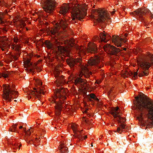 Resina Sangre de Dragón  tiene un aroma floral embriagador, rico y dulce. Algunos dicen que esta resina es una mezcla fuerte de hierbas y especies. Perfumada con Copal.