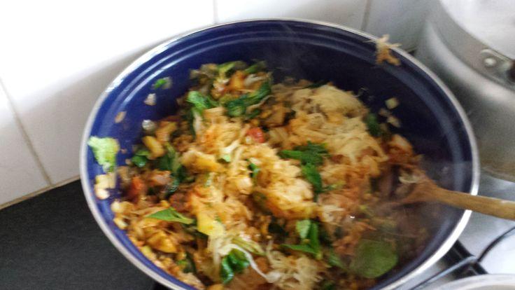 Anders zuurkool! Een favoriet recept is de zuurkooloverschotel. Ooit een keer gevonden in een vegetarisch kookboek. Het recept: eerst maak je stoofpotje van de zuurkool, door het te combineren met ui, rode paprika, paksoi, courgette en vandaag toevallig groene linzen erbij gedaan. Gelijktijdig rijst koken. En dan gaat het in een ovenschotel om en om een laag rijst en een laag zuurkoolstoofje, en daarmee eindigen. Dan 15 min. in de oven op ongeveer 200 graden, en klaar!