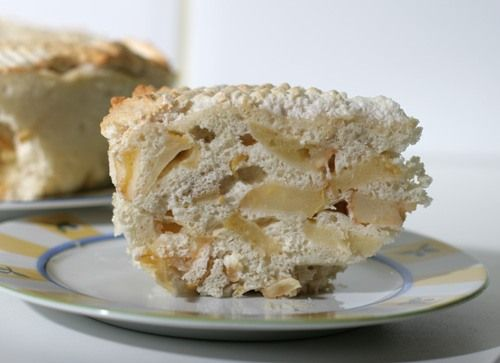 Да, бисквитные пироги замечательно пекутся в СВЧ. Для такой шарлотки (только в этот раз я не укладывала яблоки слоями, а перемешала с тестом) понадобилось всего 8…