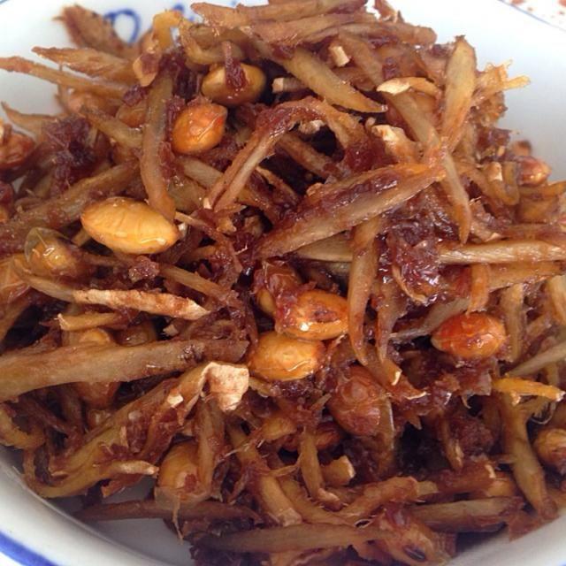 牛蒡もアク抜きせず、生姜の千切り、花カツオたっぷり、煮大豆、 をフライパンに投入!  油なし  醤油、マザーシロップ(黒糖シロップです)、酒を大さじ3:3:3で投入  火をつけて煮汁がなくなるまで混ぜながら煮る   常備食に欠かせません!  大豆は始めて入れました。 いつもは牛蒡か菊芋と生姜、花カツオだけです - 16件のもぐもぐ - 牛蒡、生姜、大豆の佃煮 by rinriko