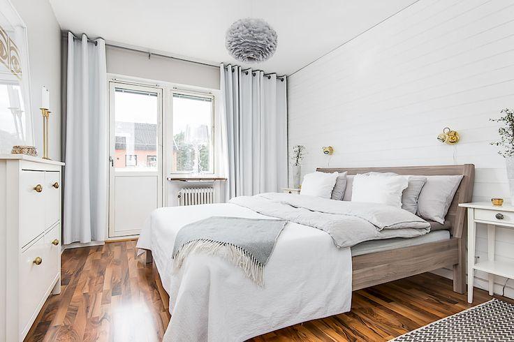 http://bostad.skandiamaklarna.se/till-salu/CMBoLgh/4HK29R7QJGPCT5JO  eos gråa vita säng grått mässing