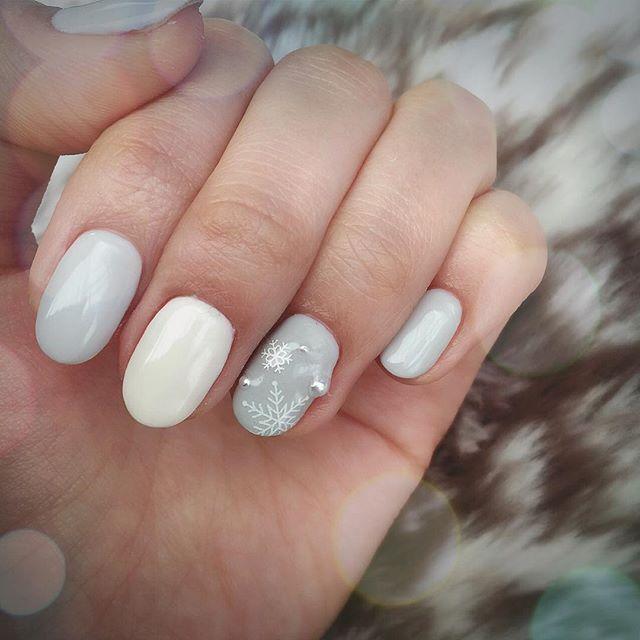 merry christmas♡ 年越しネイルはやっぱり大好きなホワイトとグレーのシンプルネイル! #nail #nails #冬ネイル #雪の結晶ネイル #ホワイトネイル #シンプルネイル #上品ネイル #セルフネイル #パールネイル #セルフネイル部 #年越しネイル