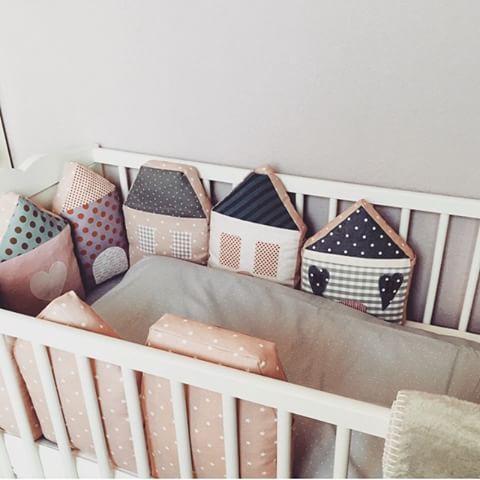 Und noch ein schönes, gemütliches Bild vom Bett mit {Häuschen - Nestchen} Im Lieferumfang enthalten sind 7 Häuschen  #bettumrandung #Nestchen #laloeff #baby #babygirl #dekoration #deko #häuschen #laloeff #nähen #Allesrosa #DIY