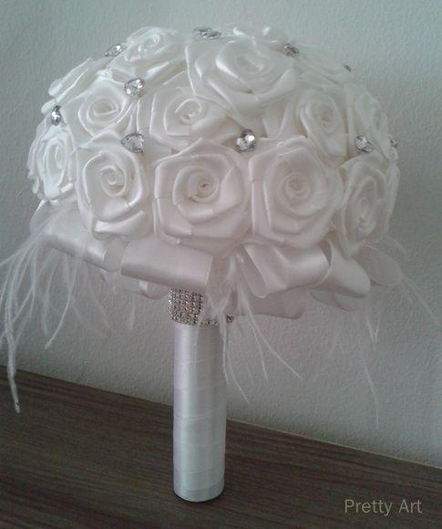 """PRONTA ENTREGA    Buquê de rosas em cetim, broche, plumas e pontos de luz.  A haste (cabo) com cetim branco e strass.    Os buquês são personalizados e montados de acordo com o gosto da noiva.    Medidas:    64cm circunferência e 32cm diâmetro    A escolha do buquê de noiva é tão importante quanto a escolha do vestido.  O """"Bouquet de Broches"""" é uma verdadeira semi jóia R$ 350,00"""