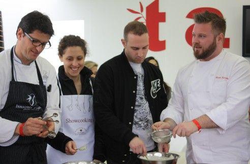 Tommaso Arrigoni di Innocenti Evasioni e Matteo Torretta di Al V piano, con due ospiti del pubblico, preparano la Cheesecake
