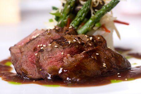 Zart und würzig schmeckt der Rindslungenbraten, den Sie mit dem folgenden Rezept auf den Tisch zaubern.
