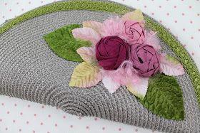 NUEVA CARTERA   Carteras hechas a mano con materiales de tocados.               Ref. CA007   Descripción: Cartera de Paja color gris, con r...