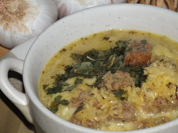 Przepis na rozgrzewająca zupa czosnkowa. Imbir i ziemniaki obrać, opłukać i pokroić w kostkę (imbir w małą kosteczkę). Bulion zagotować, dodać do niego liście laurowe, goździki, imbir i ziemniaki.