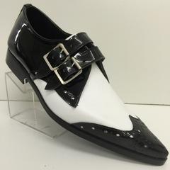 Handgemaakte glanzend leren schoen in zwart en wit met mooie gaatjes versiering. Deze schoen heeft een dubbele gesp voor extra uitstraling en stevigheid.