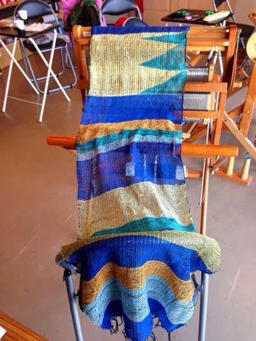 今日の織り姫様、一人目はご主人へのバレンタインプレゼント用のカシミヤのマフラーを織りに来られたI さん 正統派のご主人らしく、色選びはかなり慎重にされていました。 ブルー系にまとまってとても素敵です。気に入ってもらえると良いですね〜(*^◯^*) さをりのカシミヤは一度使うと手放...