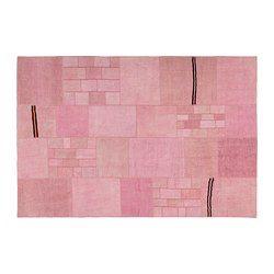 Den här mattan är unik eftersom den skapats av bitar från gamla handgjorda äkta mattor från Turkiet. De gamla bitarna tvättas, färgas om och sys ihop till ett nytt och modernt konstverk.