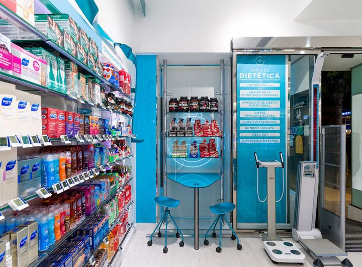 With no construction works and without closing the pharmacy. New facade and windows tagline shaped out of a bond that gives away health. Pills for promoting the product inside. Change of the shop's color. A better organization of space and clarity when presenting the product.