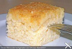 Kokos - Buttermilch - Kuchen Zutaten 3 Tasse/n Zucker 2 Tasse/n Buttermilch 1 Prise(n) Salz 1 Pck. Vanillinzucker 3 Ei(er) 4 Tasse/n Mehl 1 Pck. Backpulver Für den Belag: 1 Tüte/n Kokosraspel 1/2 Tasse Zucker Für den Guss: 1 Becher Sahne 150 g Butter