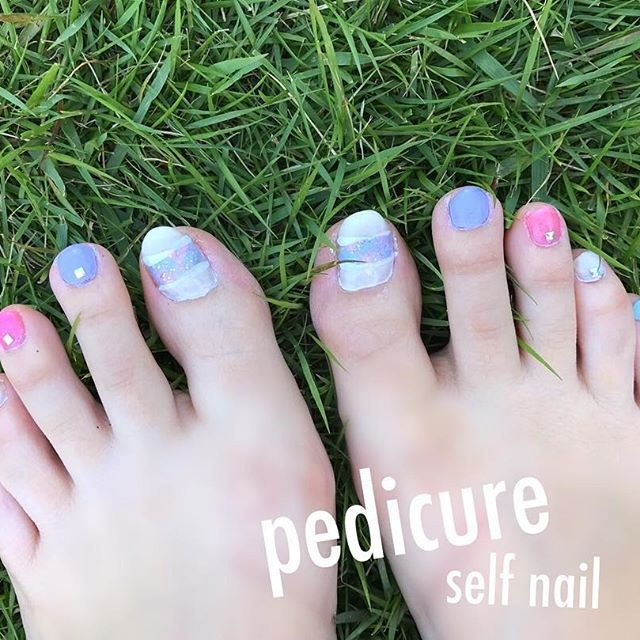 💅_2017/06#pedicure ・ 雑でカチャカチャだけど 右の紫の#スタッズ が取れてるけど #お気に入り 💖 ・ #nail#selfnail#下手っぴ #フットネイル#ネイル#セルフネイル #足元#👣#自己満#気分#🎵 ・ #水色#ピンク#紫#コンデンスミルク #blue#white#pink#purple #キラキラ#ラメラメ✨ #シンプルネイル#ポリッシュ ・ ・ #セルフネイル部#💅 ・ ・ #芝生#🍀 ・
