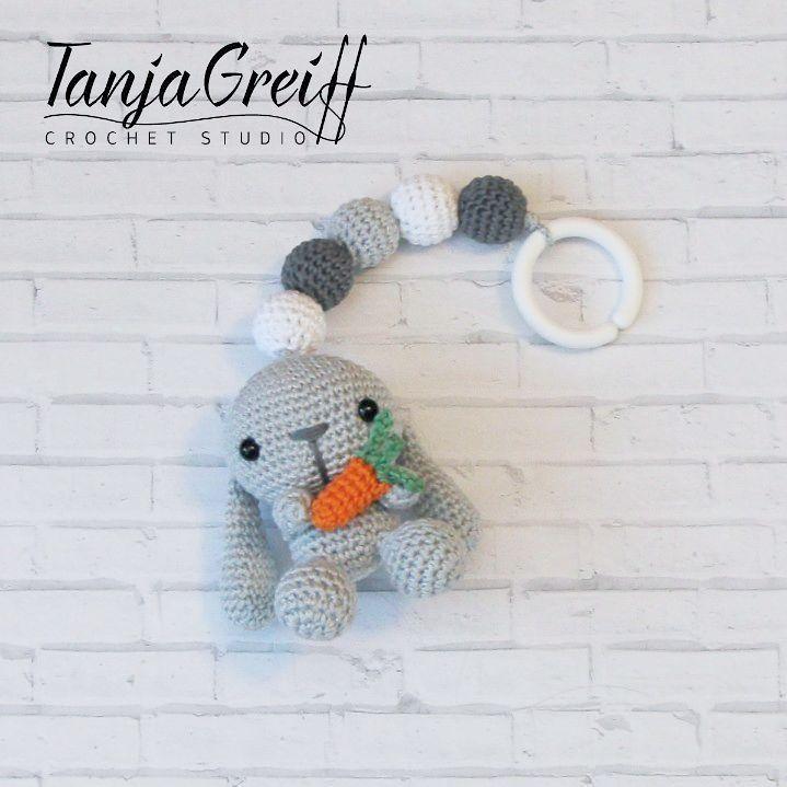 Såld! Ett barnvagnshänge med en kanin  Det är gjort av mjukt bomullsgarn, allergitestat hålfibrer, säkerhetsögon. Hänget är ca 25 cm lång inkl kaninen och ringen. #madebytanya #amigurumi #barnvagnsmobil #barnvagnshänge #handmadeforbaby #forbaby #handmade #handgjort #virkad #crochet #crocheting #födelsedagspresent #doppresent #gravid #virkadedjur #barnrum #mobil #vagn #vagnmobil #babyleksak #babyshop #stroller