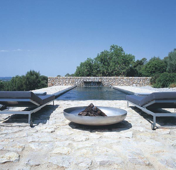 suelo de piedra encalada en la piscina
