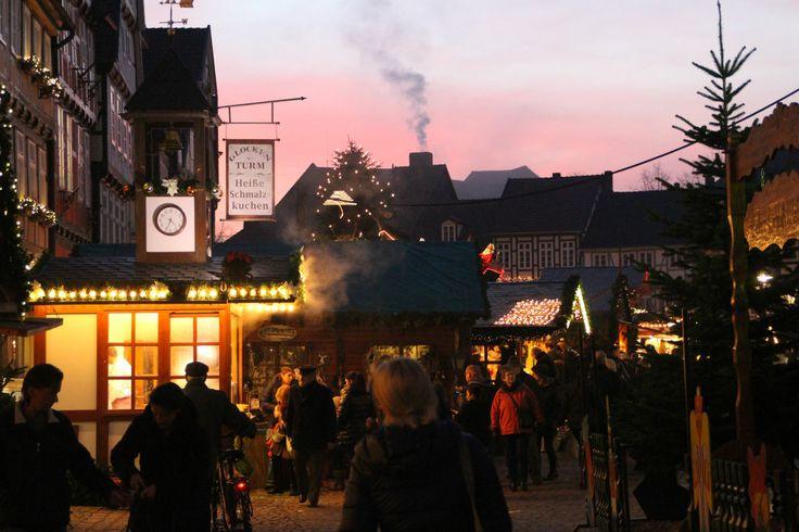Am Abend ist der Weihnachtsmarkt am Schönsten. Viele Stände mit weihnachtlichen Köstlichkeiten wie Glühwein, gebrannten Mandeln und Schmalzkuchen laden zum Genießen ein.