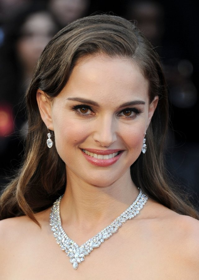 Natalie Portman would make a great Mia! :) She's a beautiful woman with simplistic beauty, and that's exactly what Oliver notices about her first.