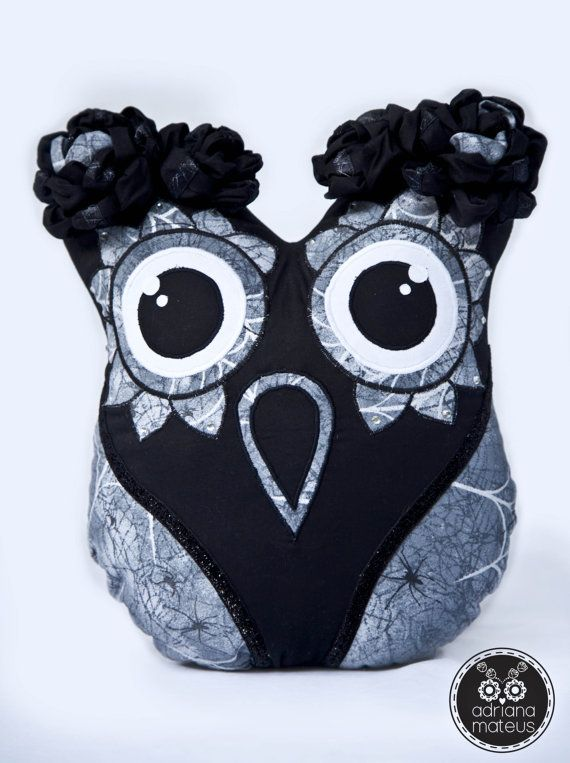 #owl #catrina #decorative #flowers #pillow #black #spiderweb #spider #shine #fabric #home #etsy #handmade #rhinestones #singer #singerheritage #adrianamateus