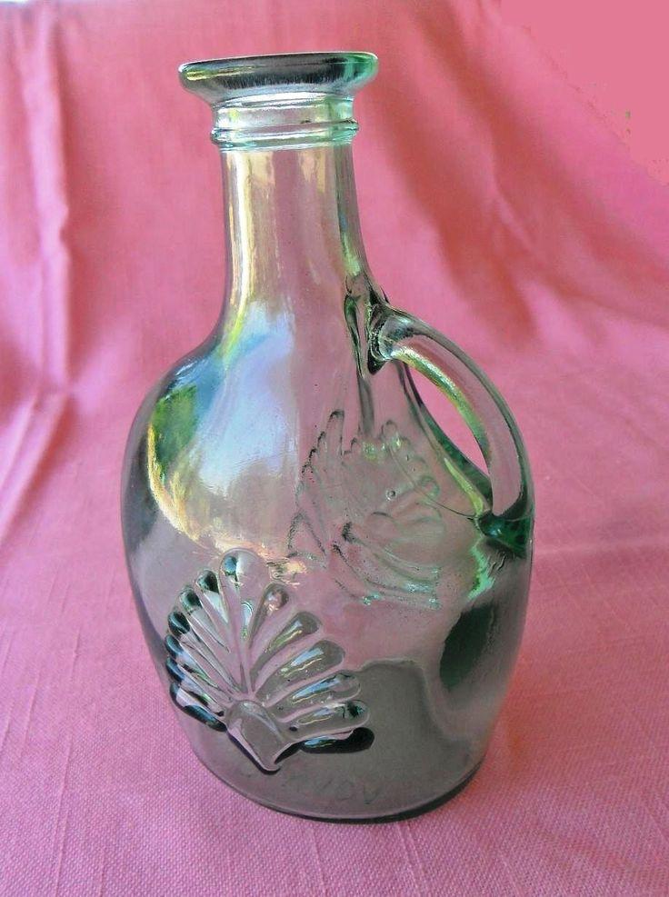 "Botellita-decantador de vidrio verde hecha en Canadá / Small Light Green Glass Bottle Decanter In excellent vintage condition. Measurements: 6.4"" x 4"" x 2.9"". Made in Canada."