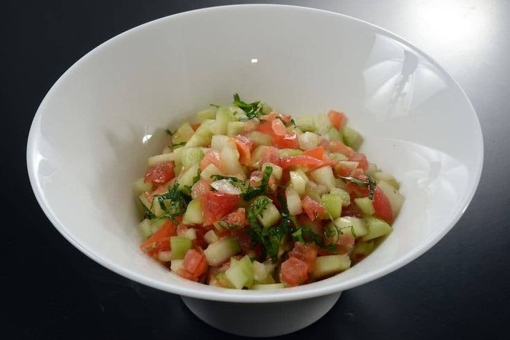Fresca, leggera e facile da preparare, l'insalata israeliana è un antipasto o un contorno ideale. Prova subito la nostra ricetta!