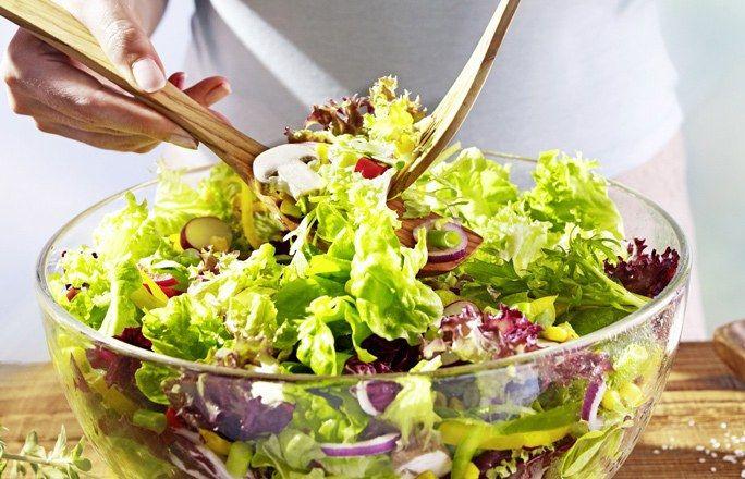 Bunter Frühlingssalat mit Vinaigrette - Abendessen ohne Kohlenhydrate: einfache Rezepte