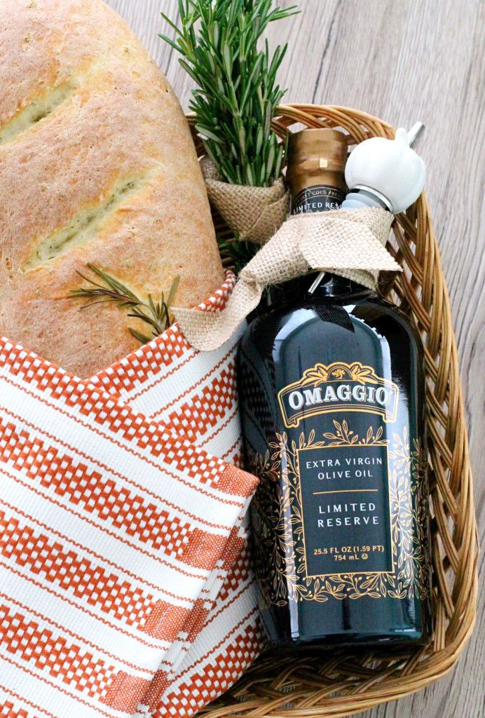 Hostess Basket with Rosemary Bread and OMAGGIO Extra Virgin Olive Oil #thanksgiving #omaggiolimited #ad