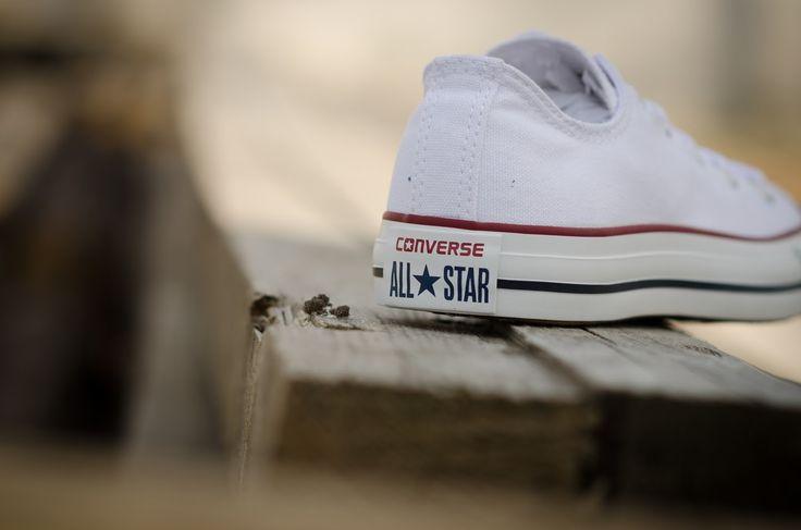 Bardziej klasycznie się już nie da! Białe convesy opcja 10/10 jeśli chodzi o lato!  https://www.cliffsport.pl//products/buty-converse-chuck-taylor-all-star-ox-8/