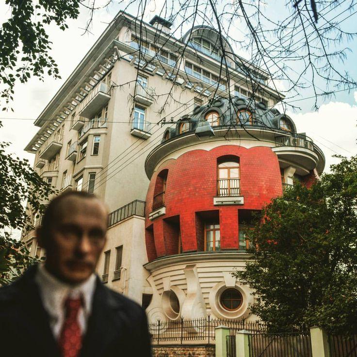 """Дом-яйцо на ул. Машкова, Москва  Строительство этого дома велось полулегально. Все согласования делались когда дом уже стоял. По сути, и по документам, это пристройка к 8-этажному дому. По документам он проходил, цитирую: """"реконструкция строения с возведением 8-этажной пристройки с подземной стоянкой ... и флигелем"""". Да, дом-яйцо - это флигель.  #фото #фотография #дом #домяйцо #архитектура #москва #россия #факты #факт #история #фотоистория #путин #путинпокажет #путешествие #photography…"""