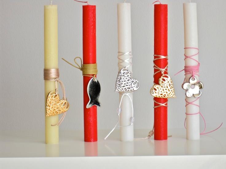 Αρωματικες λαμπαδες με διαφορα μεταλλικα κρεμαστα αντικειμενα, ετοιμα για κολιε - Various aromatic candles decorated with metallic objects, ready to be worn as necklaces.