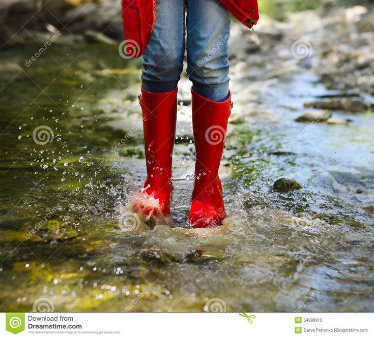 Kind Die Het Rode Regenlaarzen Springen Dragen Sluit Omhoog - Downloaden van meer dan 56 Miljoen hoge kwaliteit stock foto's, Beelden, Vectoren. Schrijf vandaag GRATIS in. Afbeelding: 54898913