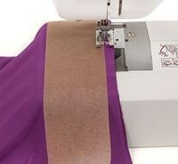 Backpapier bei Jersey unter das Füsschen legen, damit keine Wellen entstehen. Evtl. auch Oberdruck wegnehmen. Vor dem Waschen des Stoffes, diesen mit grossem Stick zusammennähen und später den Rand abschneiden.