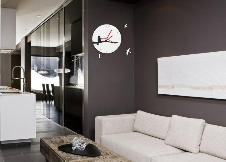 Čierne dizajnové hodiny s vtákmi
