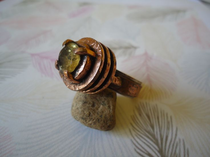 Anillo de cobre, y engaste con piedra Citrino Amarillo.