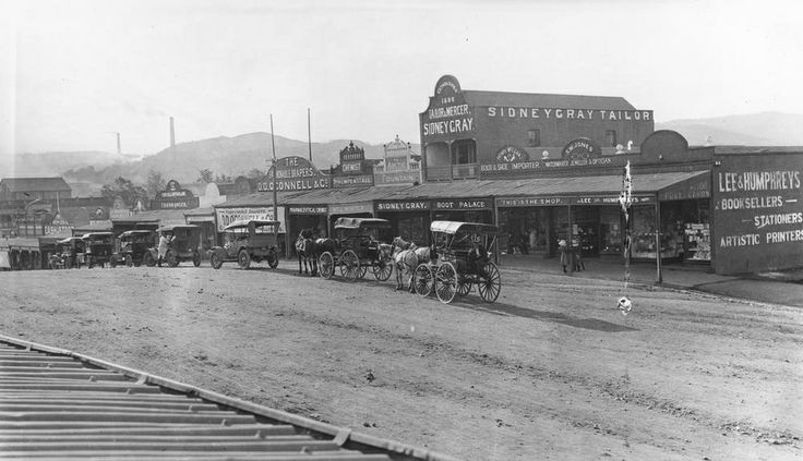 Horsedrawn and motor vehicles on Morgan Street, Mt. Morgan, Queensland, 1913 / John Oxley Library, State Library of Queensland, Neg: 17120 http://hdl.handle.net/10462/deriv/149943 | thefashionarchives.org