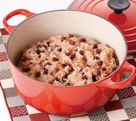 【お赤飯】おめでたいことがあったら、家族でお赤飯でお祝いしましょう!ル・クルーゼのお鍋で炊けば、ふっくらつやつやの仕上がりです。  http://lecreuset.jp/community/recipe/osekihan/