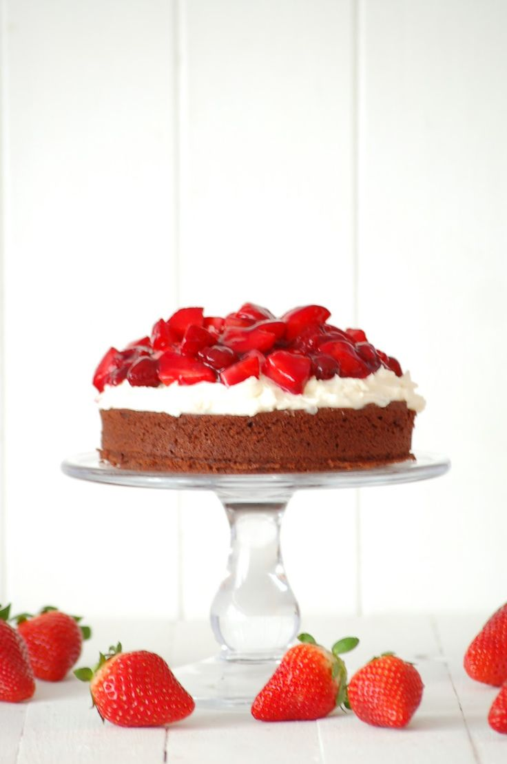 eine unglaublich saftige Brownietorte mit süßen Erdbeeren
